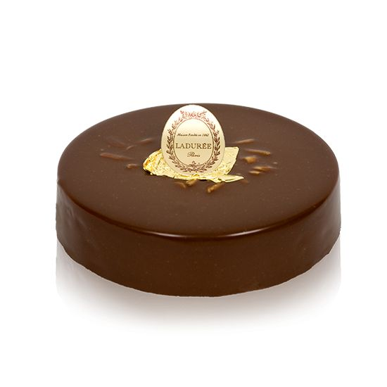 Crispy and gourmet Dacquoise cake with hazelnuts, praline and milk chocolate topped with milk chocolate whipped cream.