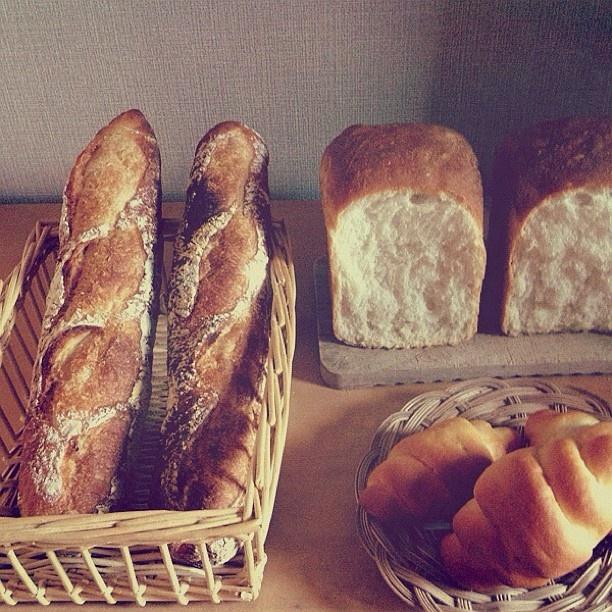 昨日はたくさんパンを焼いて大満足でした☻    イーストのチョコチップろーるは子どもたちに人気。    残りの梨酵母とレーズン酵母を足してストレート法で焼いたバゲット。    高橋雅子さんのレシピで焼いたパンドミ。もっちりしてた。    パンを焼くって楽しいなぁ☻    #harunote #bread #food #パン - @harunote   Webstagram