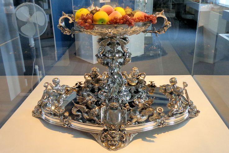 Een fraai bewerkte fruitschaal uit 1881 van de gebroeders Van Gemert is een van de topstukken in het museum.