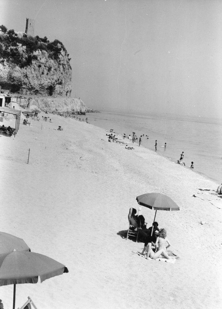 La spiaggia dei Saraceni a Varigotti (Finale Ligure). (Photo: Roberto Merlo, anni 1950-1974)