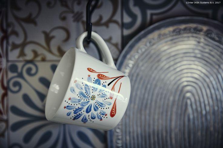 Modelul de pe cana FINSTILT este inspirat din arta tradițională suedeză. În plus, se poate combina cu ușurință cu alte modele de veselă.