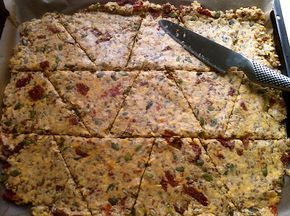 Knækbrød med ost og soltørrede tomater/ crackers with cheese and sundried tomatoes (recipe in Danish)