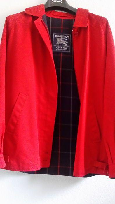 Burberry - jas  Rode kleur. 51% algodón y 49% poliéster. Maat 38/40 (NL)Het Jack is winddicht en waterdicht en is in nieuwstaat.De jas is in overeenstemming met de Burberry reputatie subliem afgewerkt.Shoulderwidth: 40cmArmlength:66 cmBorst: 46cmAfmetingen uitgedrukt op achterzijde: 53 cm onder de armen lengte 67 cm.  EUR 1.00  Meer informatie