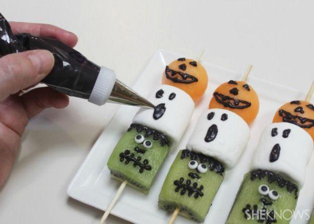 Brochetas de fruta para halloween