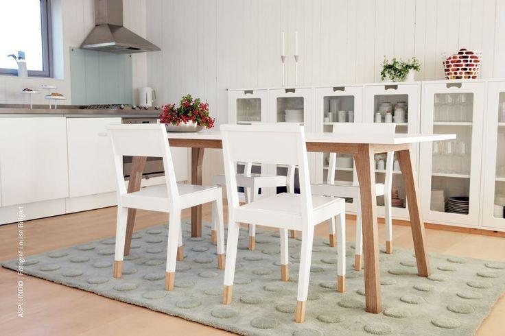 Snö E, vitrinskåp i MDF, massivt trä och glas från Asplund.Förvaringsserien Snö designades avJonas Bohlin och Thomas Sandell på 1990-talet och har redan blivit en svensk klassiker med sitt eget uttryck. Snö håller hög kvalitet och finns i ett stort urval storlekar och färgställningar. Sockeln är som standard tillverkad i massiv björk, men går även att få i massiv ek alternativt lackad björk.