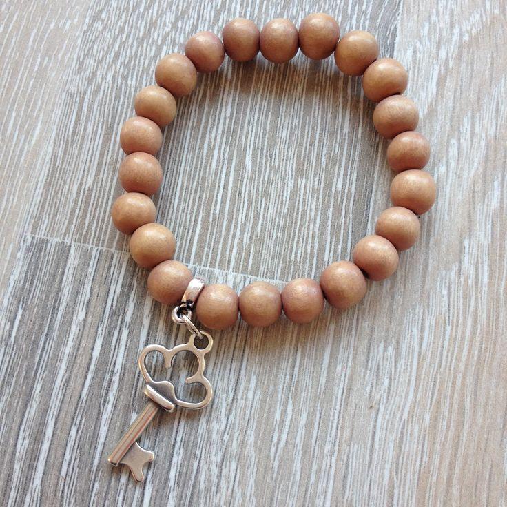 Armband van 8mm camel vintage hout met metalen sleutel. Van JuudsBoetiek, €4,00. Te bestellen op www.juudsboetiek.nl.