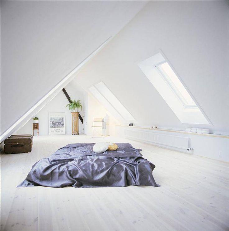 Slaapkamer: Waar kun je in huis dichter bij de sterren zijn dan net onder het dak? Een centraal bed zorgt ervoor dat je bij het opstaan niet moet vrezen je hoofd te stoten.© Velux