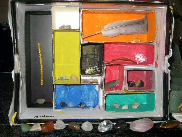 Schattendoos; Schoenendoos op z'n kant gevuld met allemaal doosjes en deze laten verven. Nog versieren met diamantjes en klaar om alle schatten te tentoonstellen. ;-)