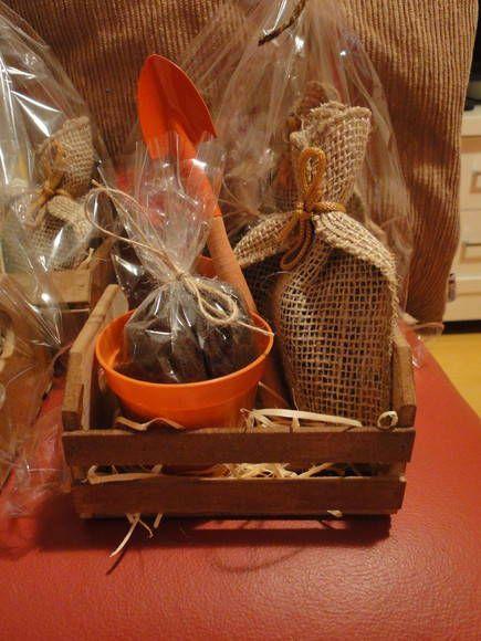 Kit jardinagem composto de um caixotinho tipo feira envernizado, um vasinho, terra, sementinha e pázinha. Ideal para lembrancinha, as crianças vão adorar essa experiência. R$ 18,00