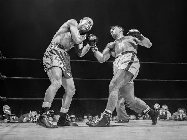Rocky Marciano nocauteia Joe Louis em 1951