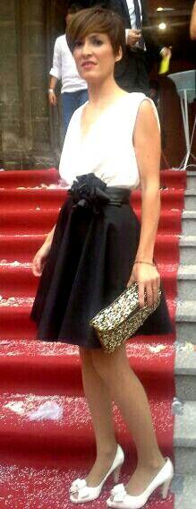 Falda Capa con cuerpo cruzado y espalda al aire. Flor detalle fajin de cuero. #bicolor #black&white #invitadaboda #silviabelda #invitadaperfecta #blanco&negro #falda