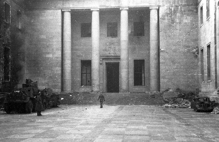 Neue Reichskanzlei, Ehrenhof, 1945 © Stadtmuseum Berlin | Foto: Cecil F.S. Newman