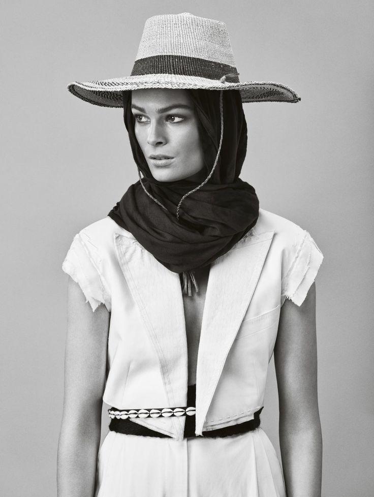 Traje sastre de algodón de Dolce&Gabanna. Pañuelo de algodón de El Corte Inglés. Sombrero de rafia, cinturón bereber y cinturón de conchas de Berberia.