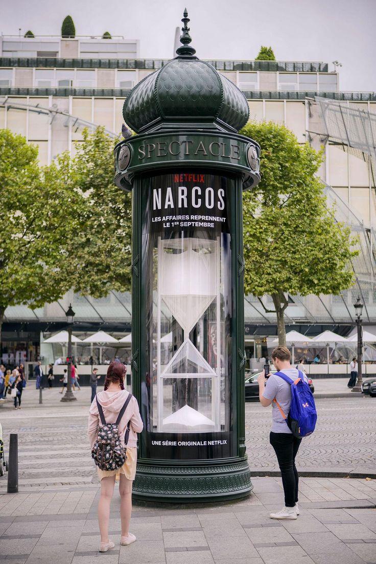 Un reloj de cocaína gigante para la cuenta atrás de Narcos en París  La Criatura Creativa