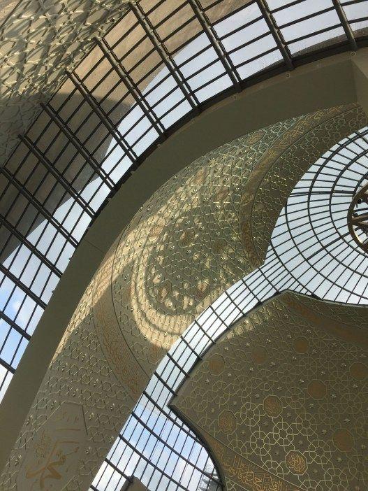 Schön geworden, die Moschee in Köln. Wer will, kann sie bei einer Führung besichtigen.