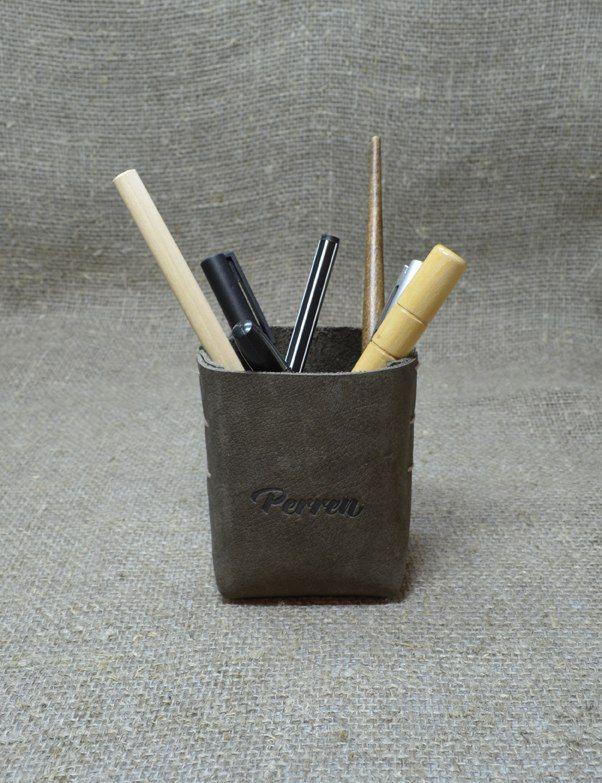 Стакан для ручек Perren.  Натуральная кожа, размер: 6х6х9 см. Цена: 650 руб. Свяжитесь с нами: vk.com/id1237202 Viber, WhatsApp +7 (915) 567-75-84 тел.: +7 (4722) 770-780 http://www.perren.ru/#!accessories/ce37