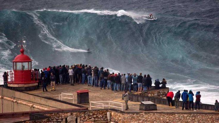 Vídeo: #Surf #Portugal: Las olas gigantes vuelven a #Nazaré - via El País 03.11.2015   La borrasca que ha azotado en los últimos días las costas de Portugal ha servido para abrir la temporada de surf sobre olas gigantes en Nazaré, escenario de los últimos récords y donde se han llegado a surfear auténticas montañas de más de 30 metros de altura. Este vídeo recoge el descenso del alemán Sebastian Steudtner sobre uno de estos monstruos a finales de la pasada semana.