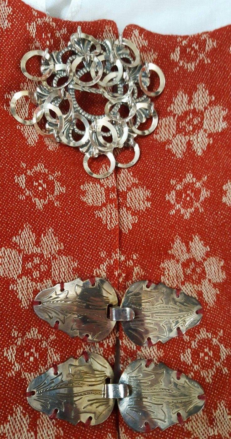 (1) FINN – Rød Trønderbunad inkl alt sølv og skjorte, tilsalgs