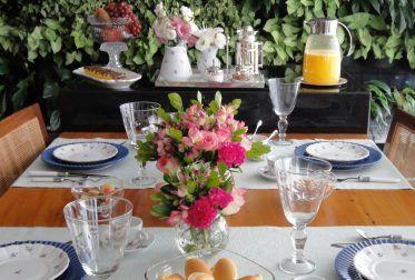 O Azul é sem dúvida uma das cores mais facéis de compor na decoração. Nesse post vou mostrar composições de mesa com diferentes tons e estilos de Azul. A primeira mesa é no estilo clássico e uma composição de floresem tons de rosacomo orquídeas, kalandivas e folhagens. O porta-guardanapo de mini rosas reforça a proposta romântica da mesa.  azul turqueza e estilo clássico  azul turqueza e estilo clássico A segunda proposta é no estilo praia, com cerâmica azul marinho e branco e decoração…