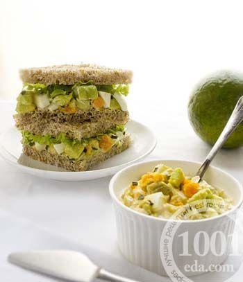Салат с креветками, авокадо и перепелиным яйцом в сандвиче