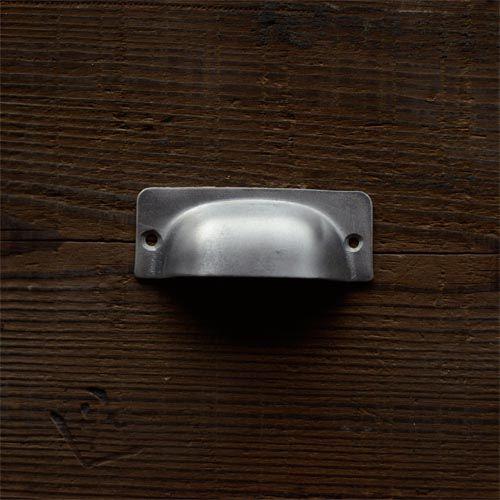 アルミ甲丸取っ手プレス  W75 x H29 x D15mm マイナスネジ付属  アルミのプレス取っ手です。1950年頃のものと思われます。 安直な作りですが、独特の雰囲気があります。  販売価格 600円(税抜)