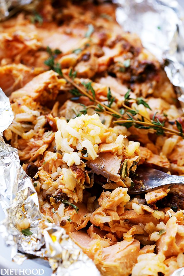 Tomato Pesto Salmon and Rice Recipe Baked in Foil is incredibly flavorful, #healthy and takes just 30 minutes to prepare!