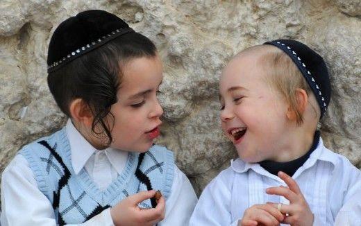 Любовь еврейских родителей к своим детям не знает границ. Такого культа детей нет, кажется, ни у одного другого народа. Психологи могут говорить как о плюсах, так и о минусах подобного отношения, однако, определенно, еврейские дети недостатка в любви и внимании не испытывают. 1. Нельзя создавать де