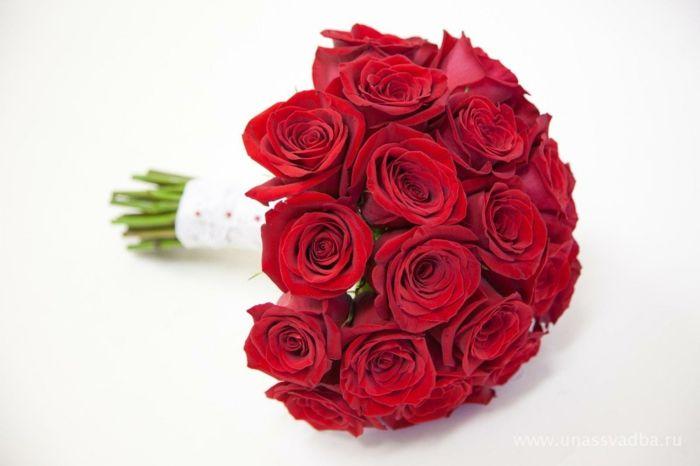 braut rote rosen blumenstrauss hochzeit klassisch