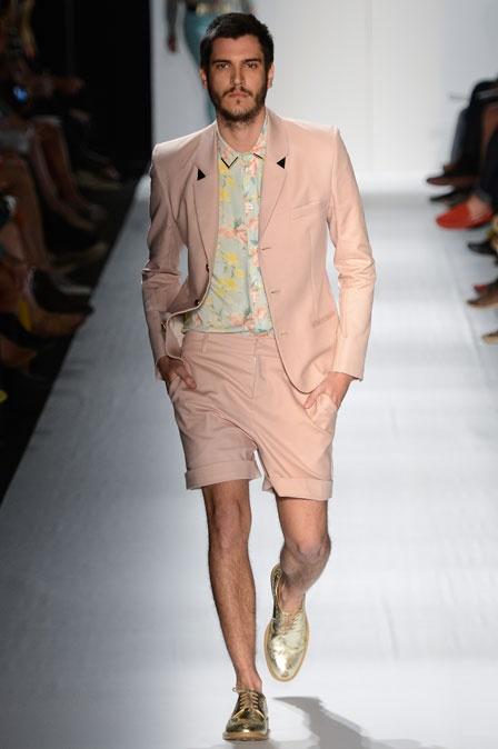 """Ausländer - Terno rosa claro com bermuda. O look inteiro é leve e fresco, principalmente com o toque da camisa floral em tons pastel. O corte era """"sequinho"""" e muito bem cortado. Detalhe impecável: o tênis dourado.:"""