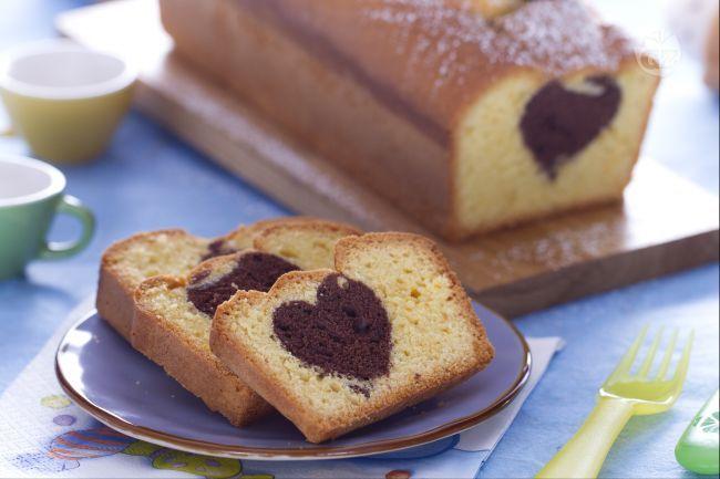 Il Plumcake romantico è una ricetta adatta ai bambini, ideale a colazione e merenda. Il plumcake all'arancia cela un romantico cuore al cioccolato