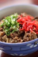 Okayama Misaki|岡山 美咲町|千屋牛丼 - 晴れらんまん。おかやま旅ネット|松坂・神戸牛のルーツでもあるブランド牛「千屋牛」をリーズナブルな値段で楽しめる、産地ならではの丼。普段食べている牛丼とは一味違う、良質な肉の旨みをご堪能ください。