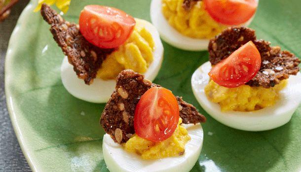 Her får du en lækker opskrift på fyldte æg med sprøde rugbrødschips - Perfekt til påskebordet.