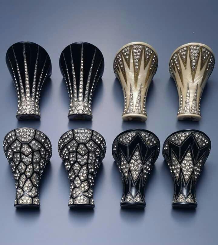 Tacones art decó franceses, c. 1925. Madera, charol, strass y cuentas metálicas, 5 cm de altura (The Kyoto Costume Institute, Japón).  Estos tacones se conocían como tacones enjoyados y son de una época en que los tacones se fabricaban por encargo