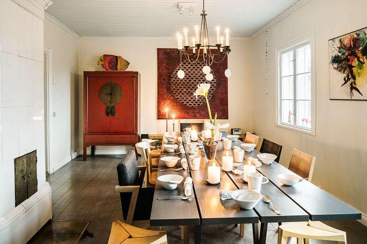 Juhlakattaus on valmis. Pöytä, verhoiltu tuoli ja jakkarat ovat Petrin yrityksen valmistamia ja muut tuolit Nikarin malleja. Punainen taulu on Hanne Horte-Garnerin teos. Ikean kattokruunusta riippuvat keraamiset koristeet ovat Anneli Sainion. Karin Widnäsin astiat ovat Onomasta.