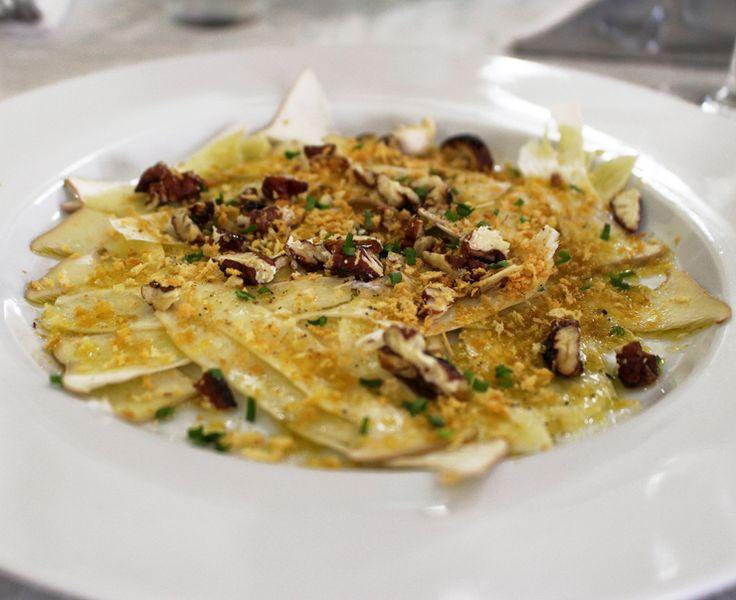 cogumelos eryngui crus, salpicadas por amêndoas e avelãs torradas, pecorino ralado e bom azeite de oliva: lindeza do menu do Capivara
