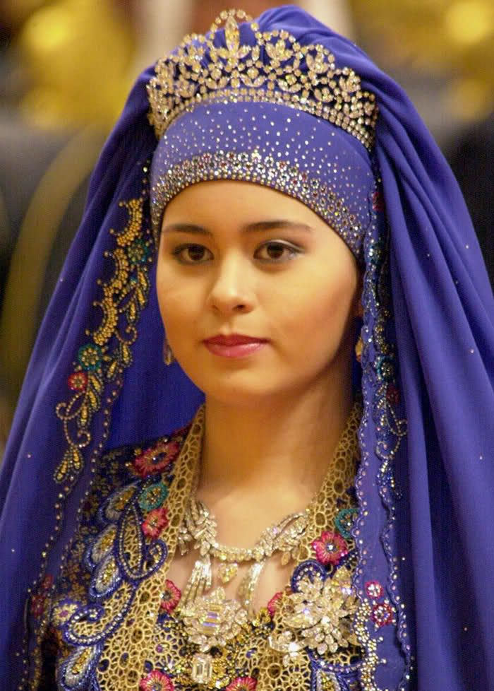 Crown Princess Sarah - Her wedding to the Crown Prince of Brunei in 2004 was the occasion for displays of magnificant jewels for which the Brunei Court is renowned. Sarah is wearing three major all-diamond pieces: a delicate tiara, a large flower-style brooch and an impressive necklace of various modern cuts with two significant hanging diamonds, one heart-shaped and the other square-cut.
