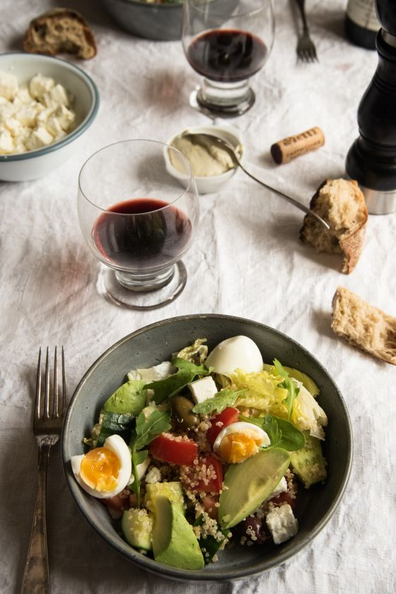 Quinoasalat med avokado og egg.