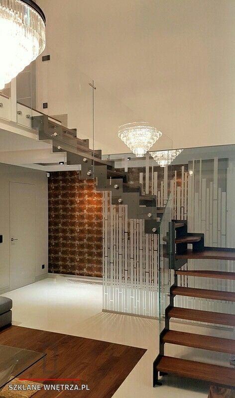 Balustrada szklana, konstrukcja schodów stalowa, stopnie drewno dębowe lakierowane