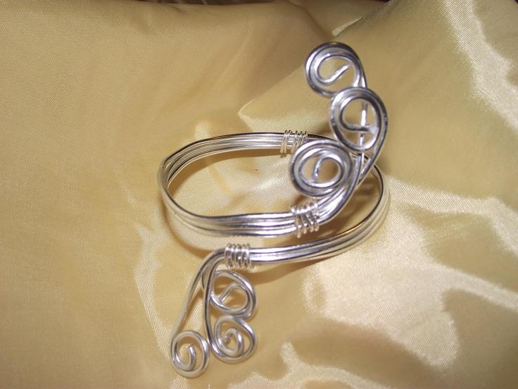 Bracciale creato artigianalmente con la tecnica wire e l'utilizzo di un filo di alluminio da 2mm., questo bracciale è ideale anche per la parte superiore del braccio.