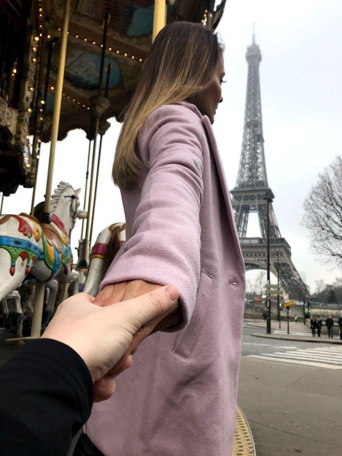 """Depois de Portugal, nosso próximo desstino foi a encantadora Paris. É exatamente como você imagina… As construções, cada ponto turístico, o clima, os franceses """"nariz em pé"""" rs, o cheiro de crepe nos arredores da Torre Eiffel… A Torre Eiffel..Ah! A Torre Eiffel! É encantadora de dia…E aqueles carrosséis tão típicos e cheios de charme, rodando e tocando 'La Vie…"""