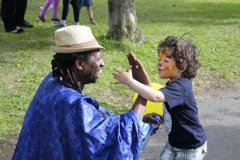 Magisk møte mellom Solo Cissokho fra Senegal og en festivaldeltager.