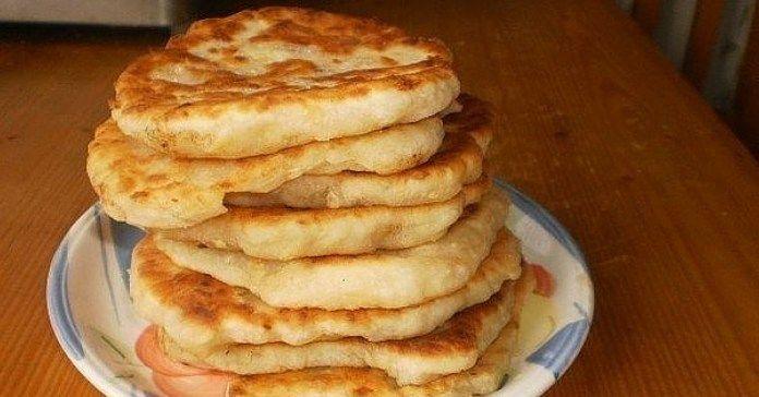 Recept na sýrové langoše     1 hrnek bílého jogurtu     1/2 lžičky soli     ½…