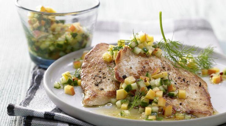Zart und exotisch: Schnelle Putenschnitzel mit Pfirsich-Gurken-Salsa | http://eatsmarter.de/rezepte/schnelle-putenschnitzel