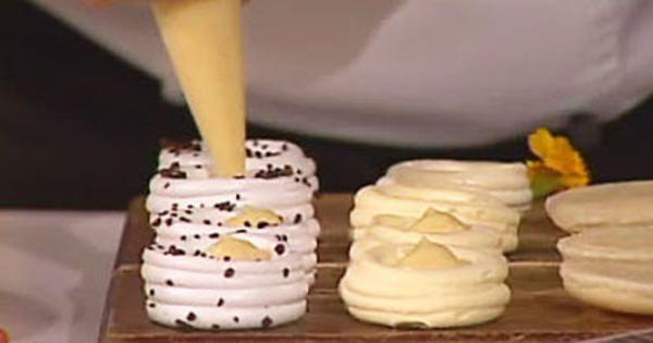 Fresta med härliga maränger, len vaniljkräm och syrlig hallonsås.