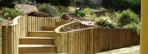 Escalier en bois et retenues de terre avec des rondins de bois