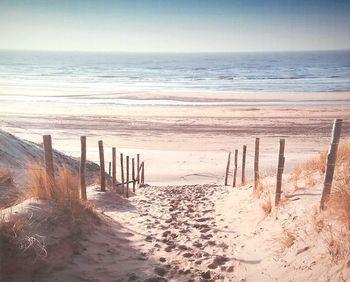 Toile tendue sur chassis bois de longueur : 50 cm et de largeur : 40 cm. Joli décor mural bord de mer avec ce sentier qui mène à la plage