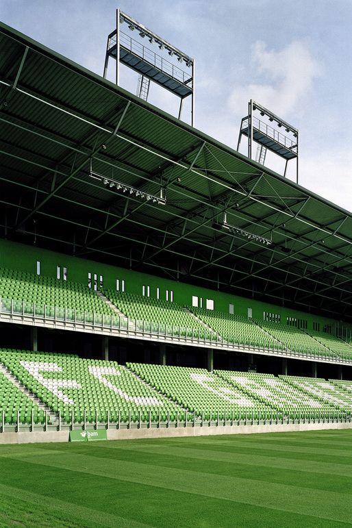 Estadio Euroborg, El Euroborg es un estadio de fútbol ubicado en la ciudad de Groningen en los Países Bajos. El estadio tiene un aforo de aproximadamente 23.000 aficionados