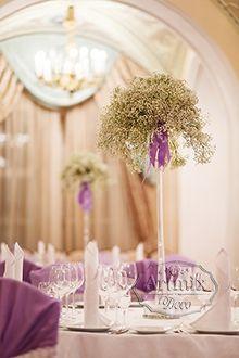 Украшение спинки стула в сиреневом цвете и кружевом
