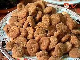 Kue perut punai, camilan khas Bengkulu. Makanan ringan ini dibuat dari adonan tepung terigu yang lebih dulu disangrai dengan sedikit garam. Setelah semuanya kalis atau siap, adonan pun digoreng. Nah, jadilah kue perut punai yang sangat enak.