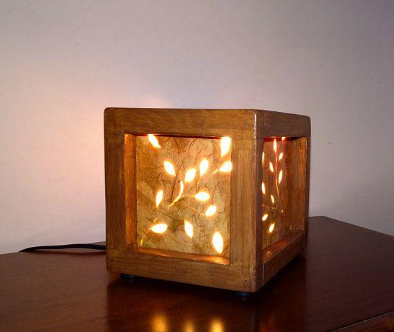 Lampada in legno con pannelli traforati fatta a mano